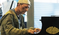 Il barbone al piano: flash mob all'aeroporto di Palermo | Balarm.it